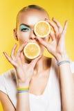 Blonde Frau mit Scheiben der Zitrone in den Händen Lizenzfreies Stockfoto