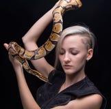 Blonde Frau mit Schlange Stockbilder