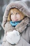 Blonde Frau mit Schnee Stockfotografie