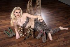 Blonde Frau mit Schuhen Lizenzfreies Stockbild