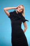 Blonde Frau mit schwarzem formalem Kleid Stockbilder
