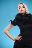 Blonde Frau mit schwarzem formalem Kleid Lizenzfreies Stockbild