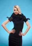 Blonde Frau mit schwarzem formalem Kleid Lizenzfreie Stockbilder