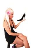 Blonde Frau mit schwarzer Ferse. Lizenzfreies Stockfoto