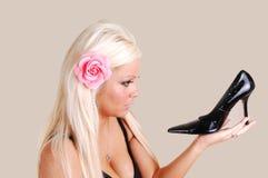 Blonde Frau mit schwarzer Ferse. Stockbild