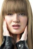 Blonde Frau mit schwarzer Lederjacke Stockbilder