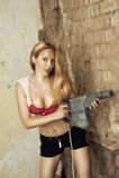 Blonde Frau mit schwerem Bohrgerät Stockfotos