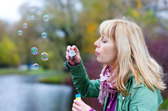 Blonde Frau mit Seifenluftblasen Lizenzfreie Stockfotos