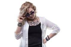 Blonde Frau mit Sonnegläsern Lizenzfreie Stockbilder