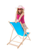 Blonde Frau mit Sonnenbrille am Strand Stockfoto
