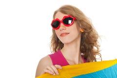 Blonde Frau mit Sonnenbrille am Strand Lizenzfreies Stockfoto