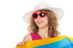 Blonde Frau mit Sonnenbrille am Strand Lizenzfreie Stockfotografie