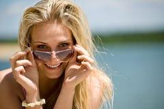 Blonde Frau mit Sonnenbrillen genießen sonnigen Tag Stockbild