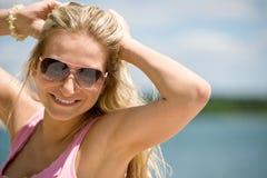 Blonde Frau mit Sonnenbrillen genießen sonnigen Tag Lizenzfreie Stockfotos