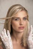 Blonde Frau mit Spitzehandschuhen Stockfotos