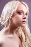 Blonde Frau mit stilvoller Verfassung. Stockfotografie