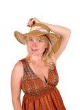 Blonde Frau mit Strohhut Stockfotografie