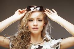 Blonde Frau mit sunglases Lizenzfreie Stockfotografie