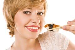 Blonde Frau mit Sushi und Rolle Lizenzfreie Stockfotos