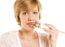 Blonde Frau mit Sushi und Rolle Stockfoto
