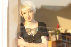 Blonde Frau mit Tätowierung Stockfoto