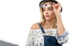 Blonde Frau mit Tablette Lizenzfreie Stockfotografie