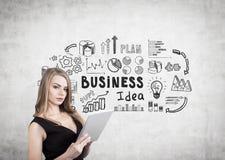 Blonde Frau mit Tablette und Geschäftsidee Lizenzfreies Stockfoto