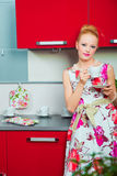 Blonde Frau mit Tasse Kaffee kitcen innen Stockfotos