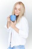 Blonde Frau mit Tasse Tee Lizenzfreie Stockfotos