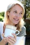 Blonde Frau mit Tasse Tee Lizenzfreies Stockbild