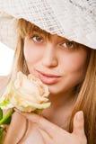 Blonde Frau mit Tee stieg Lizenzfreie Stockfotografie
