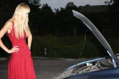 Blonde Frau mit unterbrochenem Auto Lizenzfreie Stockfotos