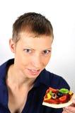 Blonde Frau mit vegetarischer Pizza Lizenzfreie Stockfotos