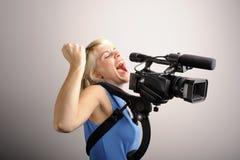 Blonde Frau mit Videokamera Lizenzfreie Stockfotografie