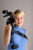 Blonde Frau mit Videokamera Stockbilder