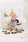 Blonde Frau mit Vinylen Lizenzfreie Stockfotos