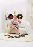 Blonde Frau mit Vinylen Stockbild