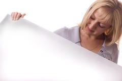 Blonde Frau mit weißem Blatt Papier. Getrennt. Lizenzfreie Stockfotografie