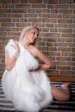 blonde Frau mit weißem Pelz Lizenzfreie Stockfotos
