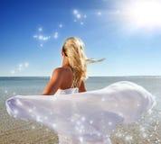 Blonde Frau mit weißem Schal Stockfotos