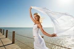Blonde Frau mit weißem Schal Lizenzfreie Stockfotografie
