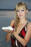 Blonde Frau mit weißer Blume Stockbild