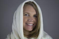 Blonde Frau mit weißer Strickjacke Lizenzfreies Stockbild