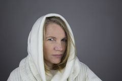Blonde Frau mit weißer Strickjacke Lizenzfreie Stockfotografie