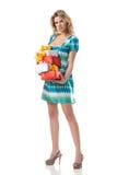 Blonde Frau mit Weihnachtsgeschenken Lizenzfreies Stockfoto