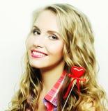 Blonde Frau mit wenig rotem Herzen Stockbild