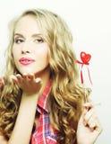 Blonde Frau mit wenig rotem Herzen Lizenzfreie Stockbilder