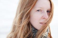 Blonde Frau mit Wind Stockbild
