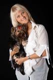 Blonde Frau mit Yorkshire-Terrier. Lizenzfreie Stockbilder