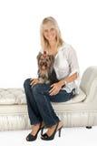 Blonde Frau mit Yorkshire-Terrier. Stockbild